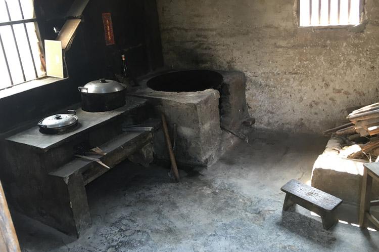农村烧柴厨房,在城市中完全见不到的景象图片